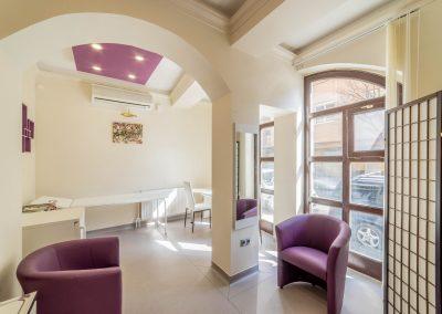 nagy rendelő belső utcafronti ablakkal, bézs és lila