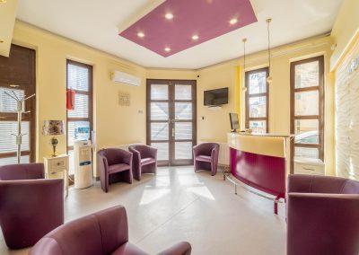 Medina centrum bejárat és váró recepciós pulttal, bézs, lila
